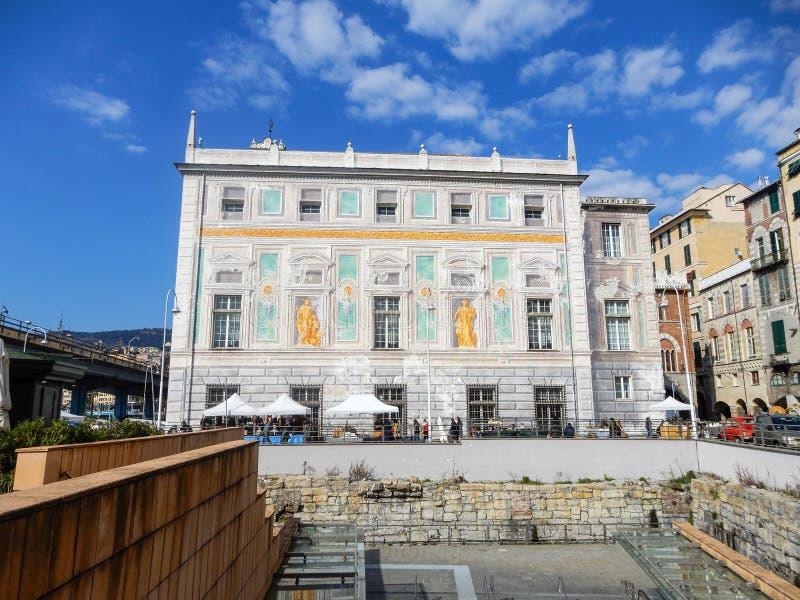 Punto di vista di Palazzo San Giorgio, st George Palace, nella vecchia città di Genova, l'Italia fotografia stock libera da diritti