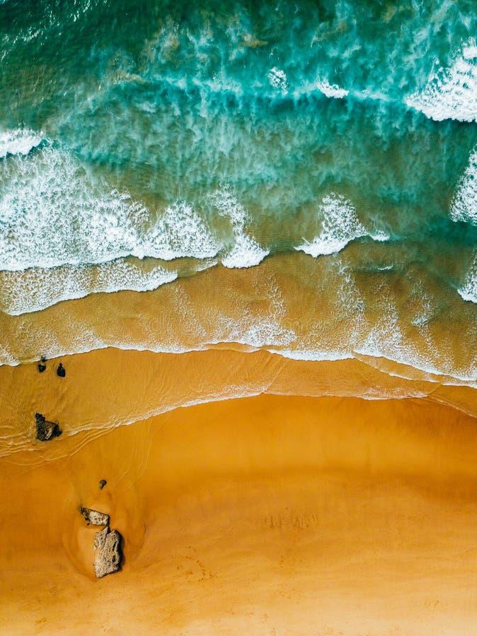 Punto di vista panoramico aereo del fuco delle onde di oceano blu e di bello Sandy Beach fotografia stock libera da diritti
