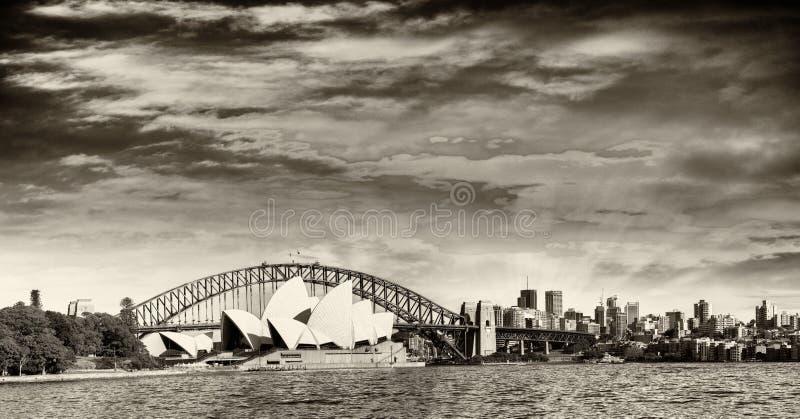 Punto di vista panoramico in bianco e nero di Sydney Harbour immagini stock libere da diritti