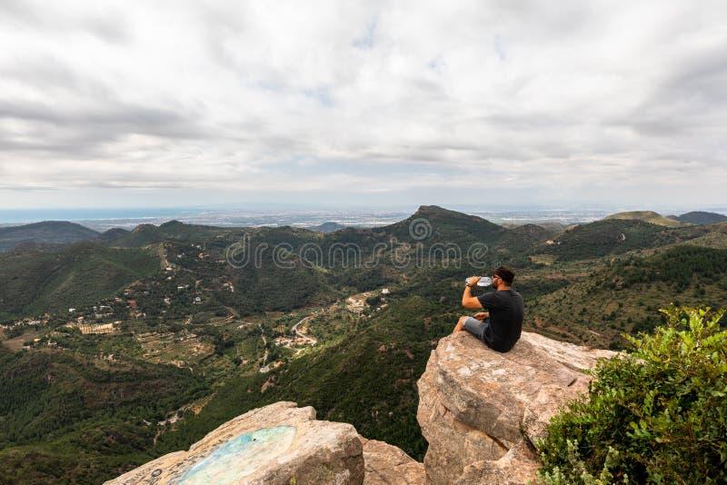 Punto di vista panoramico del turista sul picco di montagna fotografia stock