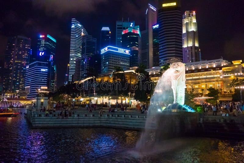 Punto di vista panoramico della statua di Merlion e di Marina Bay Downtown Buildings In Singapore immagini stock