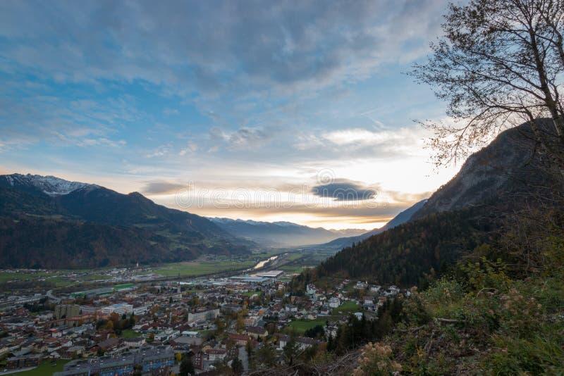 Punto di vista panoramico della valle Inntal della locanda del fiume e della comunità locale di Jenbach fotografie stock