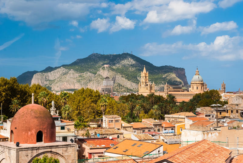 Punto di vista panoramico di Palermo con la sua cattedrale e di Monte Pellegrino nei precedenti immagini stock