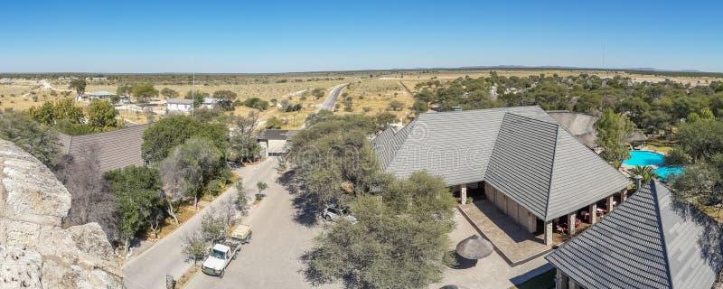 Punto di vista panoramico di Okaukuejo Safari Camp nel parco nazionale di Etosha, Namibia, Africa meridionale immagini stock libere da diritti
