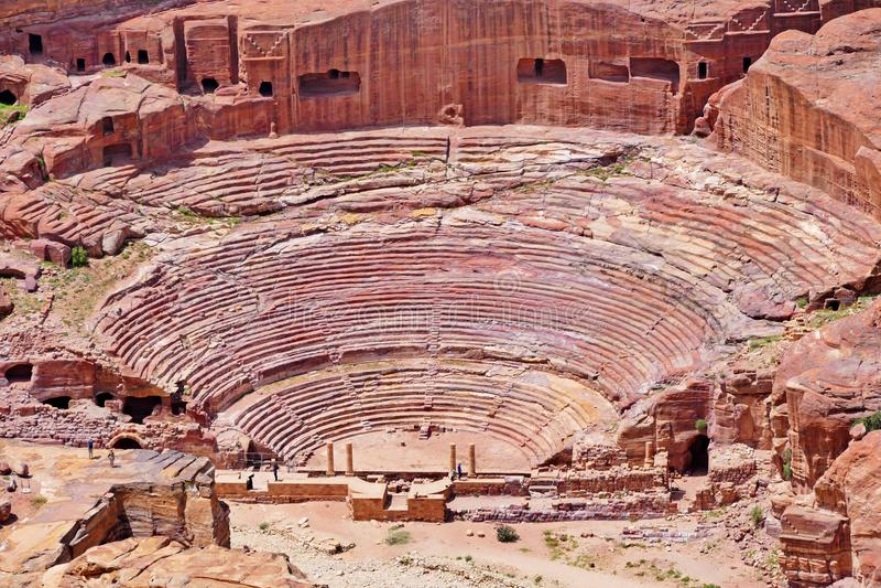 Punto di vista panoramico di Roman Amphitheatre antico nel PETRA, Giordania fotografie stock