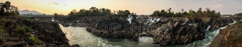 Punto di vista panoramico di Tat Somphamit Waterfall al tramonto, Don Khon, si Phan Don, provincia di Champasak, Laos fotografia stock libera da diritti