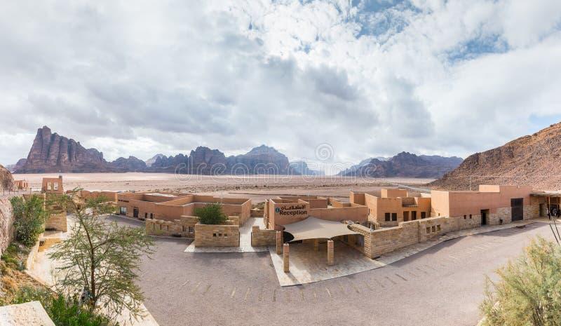 Punto di vista panoramico di Wadi Rum Visitor Center vicino all'entrata al deserto di Wadi Rum vicino alla città di Aqaba in Gior fotografia stock