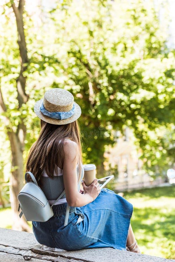 punto di vista parziale della donna con la compressa ed il caffè da andare sulla via immagine stock libera da diritti