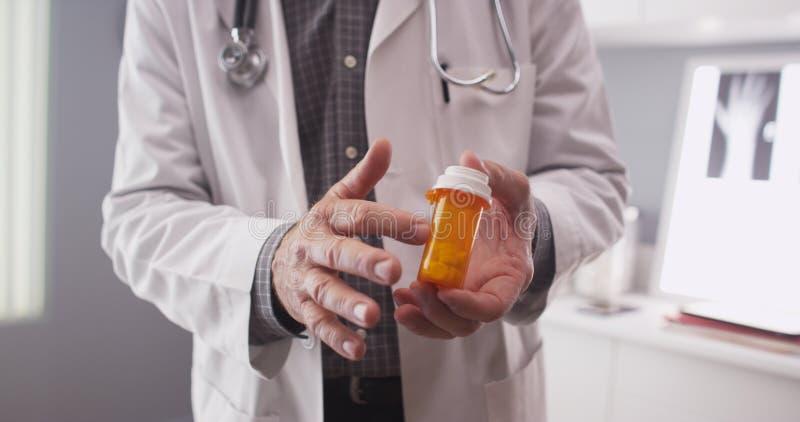 Punto di vista paziente del farmaco di prescrizione di medico immagini stock libere da diritti