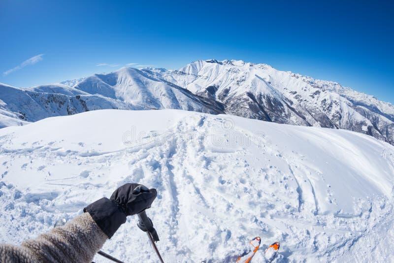 Punto di vista personale soggettivo dello sciatore del alpin sul pendio nevoso pronto ad iniziare a sciare Panorama espansivo del fotografie stock libere da diritti
