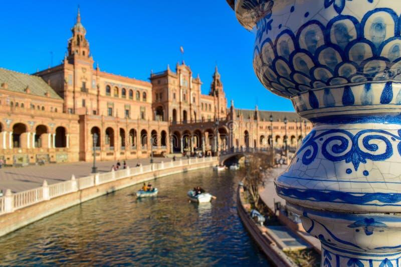Punto di vista di Plaza de España e dettaglio vicino di un palo della luce, Sevilla immagini stock