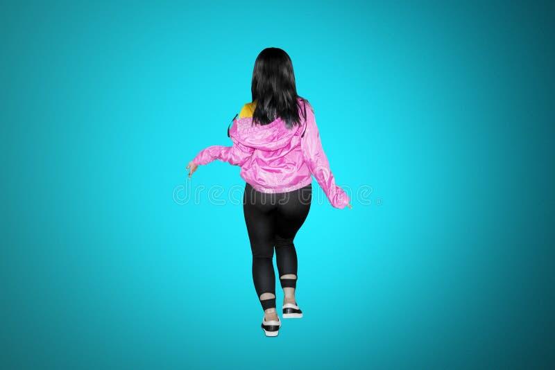 Punto di vista posteriore del ballerino hip-hop che posa nello studio immagine stock