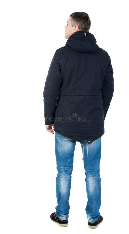 Punto di vista posteriore dell'uomo bello nel cercare del rivestimento di inverno immagini stock libere da diritti