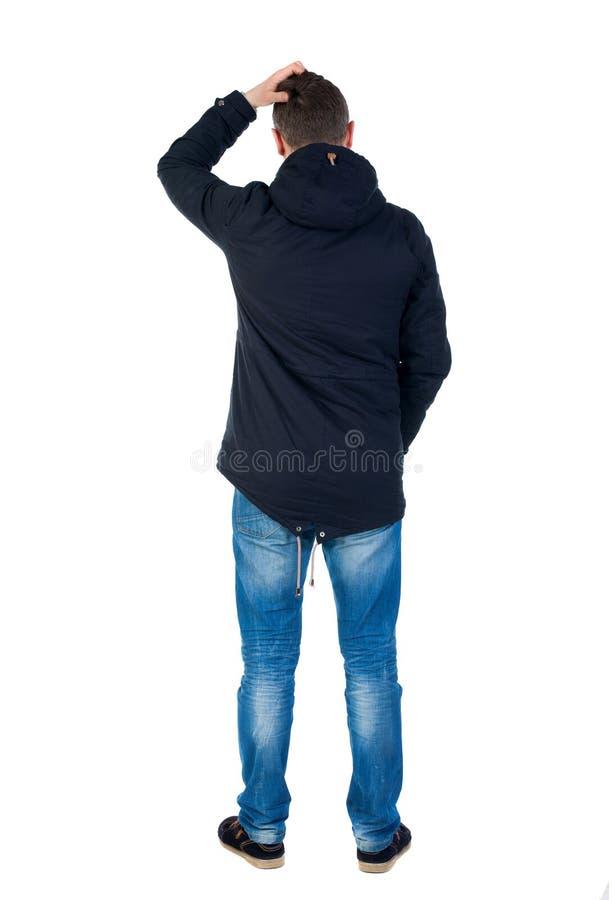 Punto di vista posteriore dell'uomo bello nel cercare del rivestimento di inverno fotografia stock libera da diritti