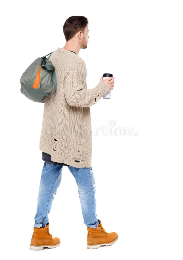 Punto di vista posteriore dell'uomo di camminata con la tazza di caffè e la borsa verde immagini stock libere da diritti
