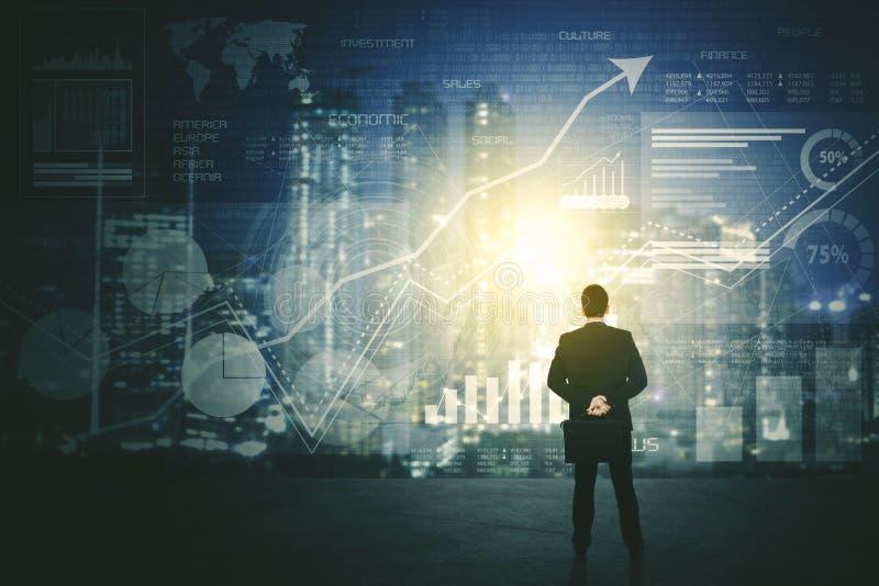 Punto di vista posteriore dell'uomo d'affari facendo uso di uno schermo futuristico dell'interfaccia di HUD immagini stock libere da diritti