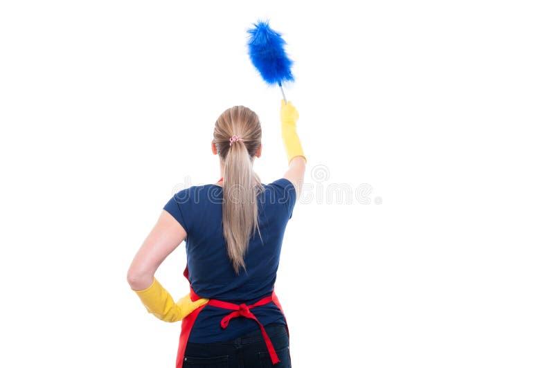 Punto di vista posteriore della domestica femminile che pulisce la casa immagini stock