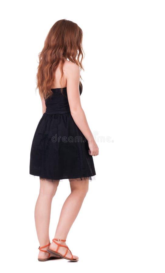 Punto di vista posteriore della donna bella giovane di camminata della testarossa fotografia stock libera da diritti