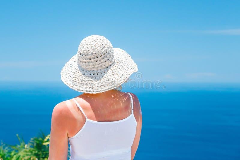 Punto di vista posteriore della donna caucasica in maglietta e scialle bianchi immagini stock