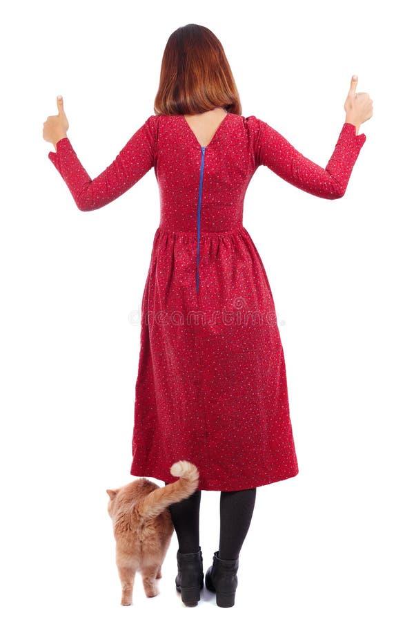 Punto di vista posteriore della donna con i pollici rossi del gatto su fotografia stock libera da diritti