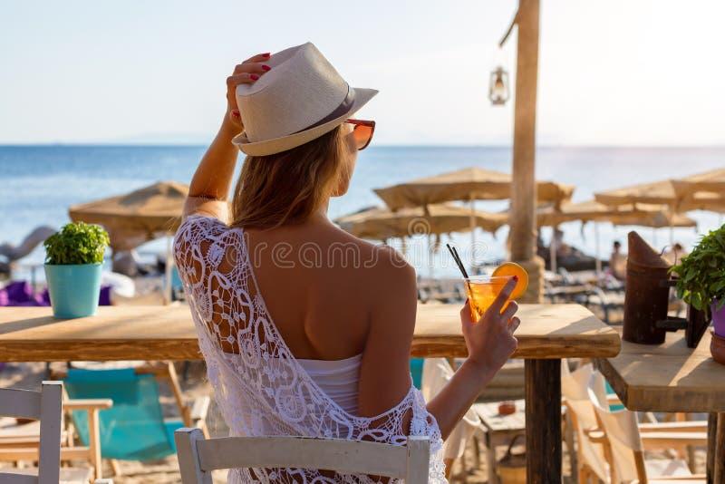 Punto di vista posteriore di una donna attraente in una barra della spiaggia fotografia stock libera da diritti