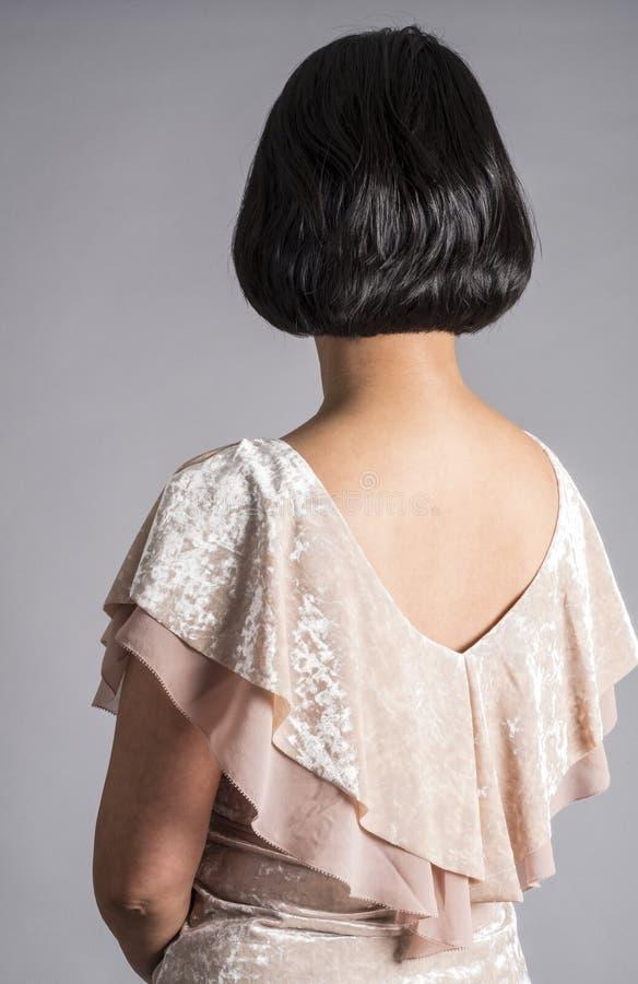 Punto di vista posteriore di una donna con brevi capelli neri brillanti 1 fotografie stock libere da diritti