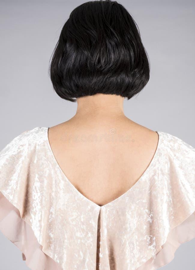 Punto di vista posteriore di una donna con brevi capelli neri brillanti 2 fotografia stock