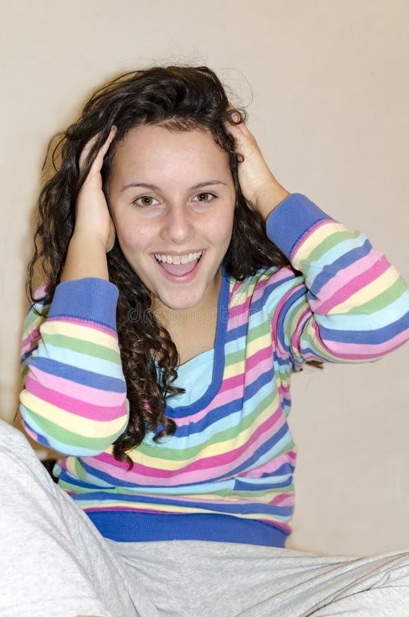 Punto di vista potato di giovane donna castana sorpresa con courly la bocca completamente aperta del hairand fotografia stock libera da diritti