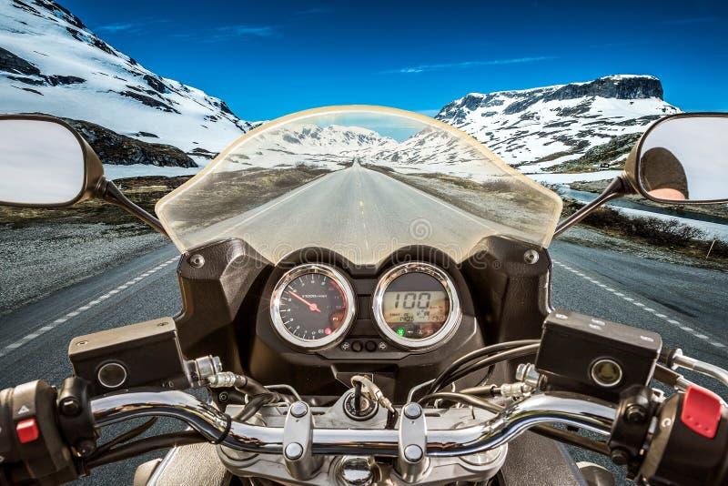 Punto di vista in prima persona del motociclista, passo di montagna in Norvegia fotografia stock