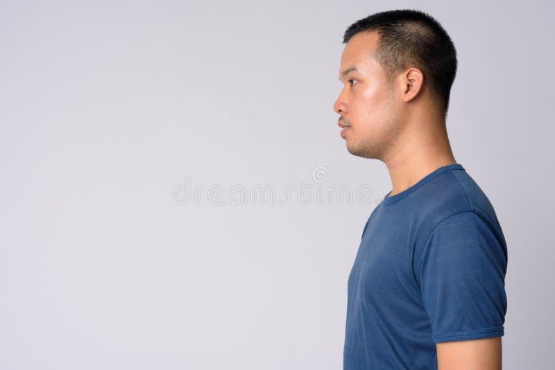 Punto di vista di profilo di giovane uomo asiatico con i capelli di scarsità immagine stock