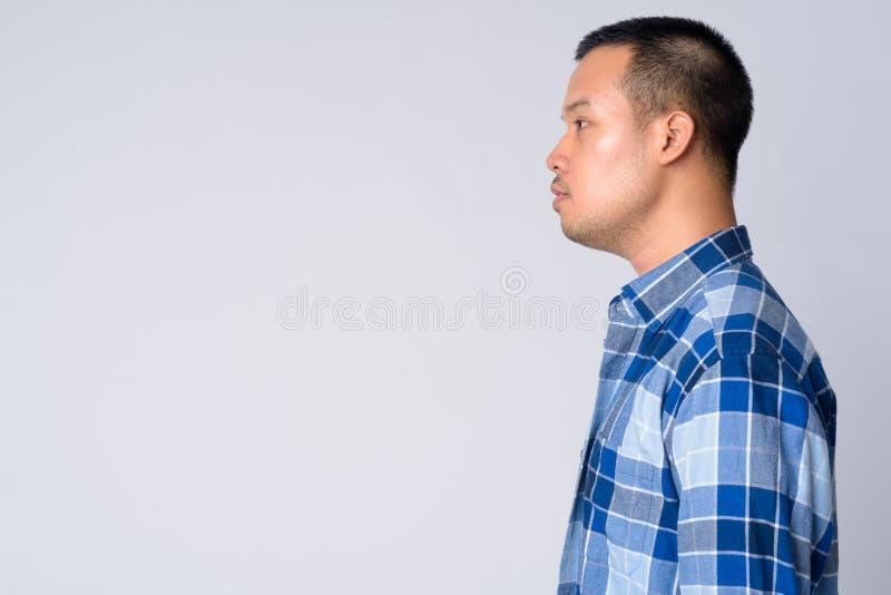 Punto di vista di profilo di giovane uomo asiatico dei pantaloni a vita bassa fotografia stock libera da diritti