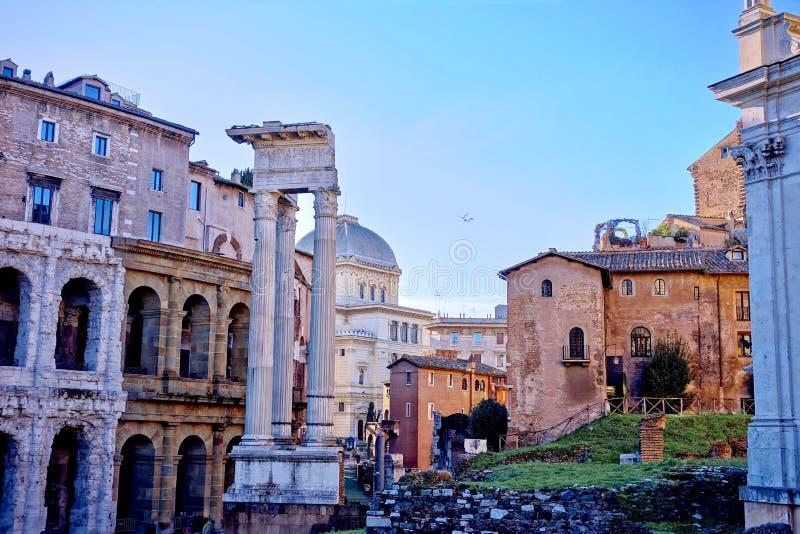 Punto di vista di Roman Forum a Roma, Italia sulle rovine antiche in un concetto di viaggio fotografia stock