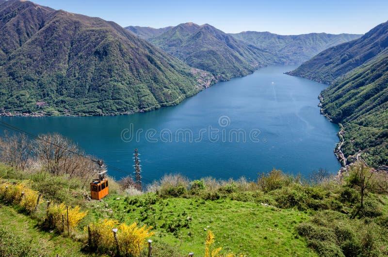 Punto di vista scenico di Lago di Como (lago Como) con la cabina di funivia fotografia stock libera da diritti
