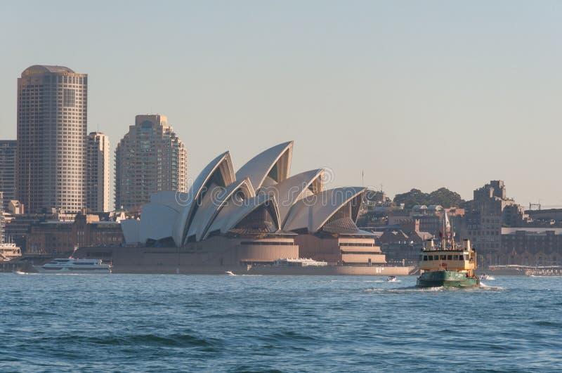 Punto di vista scenico di Sydney Opera House da Sydney Harbour con il traghetto fotografia stock libera da diritti