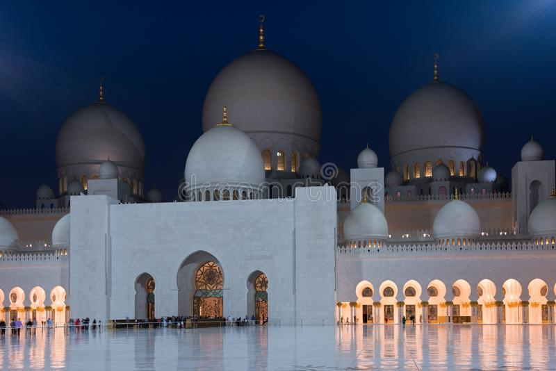 Punto di vista di Sheikh Zayed White Mosque famoso in Abu Dhabi immagini stock libere da diritti