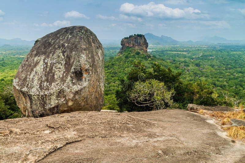 Punto di vista di Sigiriya Lion Rock dalla roccia vicina di Pidurangala, lan di Sri immagine stock