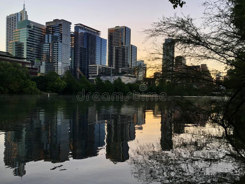 Punto di vista di signora Bird Lake Sunset di Austin Downtown Skyline Modern Buildings fotografia stock libera da diritti