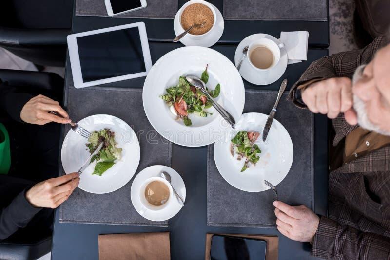 punto di vista sopraelevato dell'uomo e della donna cenando insieme fotografia stock