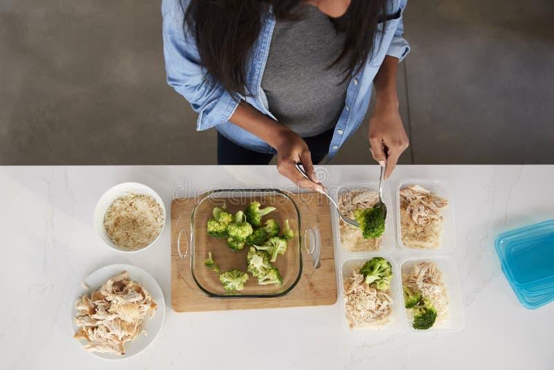 Punto di vista sopraelevato della donna in cucina che prepara pasto ad alta percentuale proteica fotografia stock libera da diritti