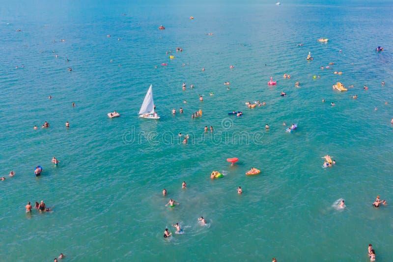 punto di vista sopraelevato della gente di nuoto in acqua blu immagine stock libera da diritti