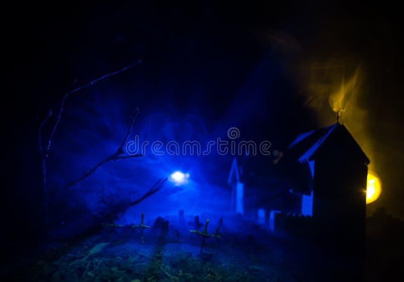 Punto di vista spaventoso degli zombie all'albero morto del cimitero, alla luna, alla chiesa ed al cielo nuvoloso spettrale con n fotografie stock libere da diritti