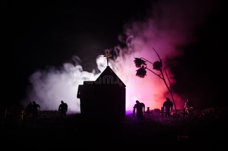 Punto di vista spaventoso degli zombie all'albero morto del cimitero, alla luna, alla chiesa ed al cielo nuvoloso spettrale con n fotografie stock