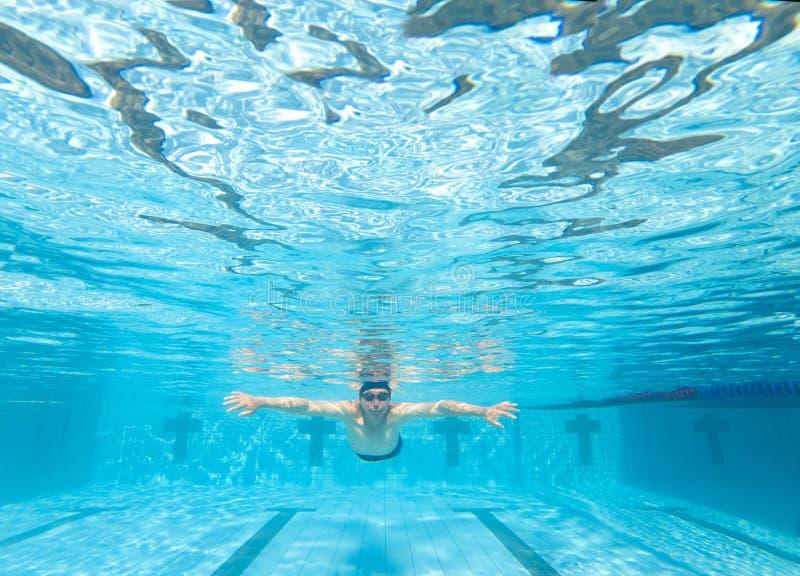 Punto di vista subacqueo dell'uomo nella piscina fotografia stock libera da diritti
