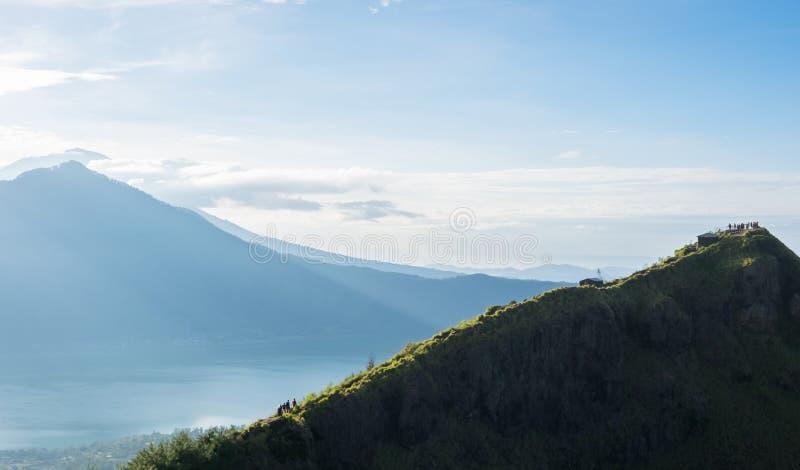 Punto di vista sulla sommità del vulcano di Batur con la vista ad Agung Volcano fotografia stock