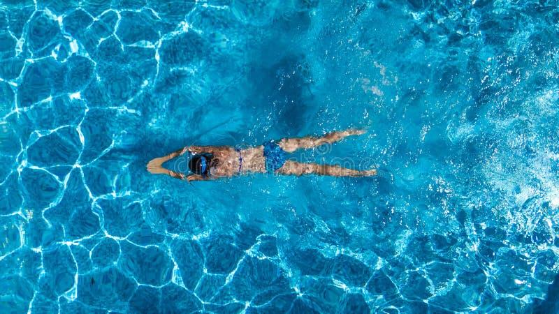 Punto di vista superiore aereo della donna in acqua della piscina da sopra, vacanza tropicale fotografia stock libera da diritti