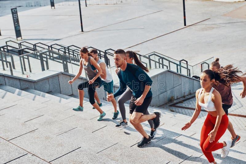 Punto di vista superiore dei giovani in abbigliamento di sport immagine stock libera da diritti