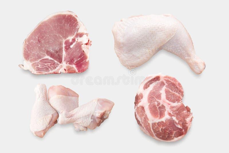 Punto di vista superiore del pollo crudo del modello ed insieme di braciola di maiale isolato sul whi immagini stock libere da diritti