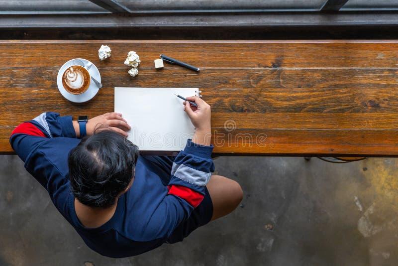 Punto di vista superiore del progettista asiatico che attinge sketchbook dalla matita immagine stock libera da diritti