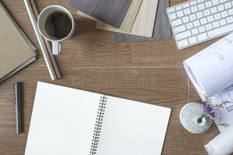 Punto di vista superiore del progettista Desktop, architetto Stuff su fondo di legno fotografia stock