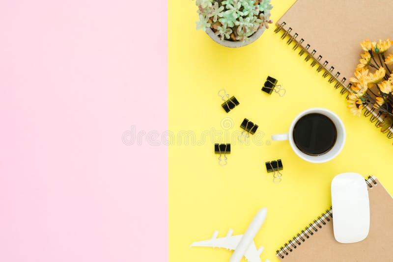 Punto di vista superiore del taccuino, dell'aeroplano, dell'albero, del fiore, del caffè, della clip e del topo senza fili fotografia stock